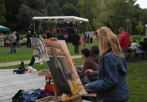 Pillanatfelvétel a Raklap Pódium című rendezvényről, amelyen veszprémi előadók, képzőművészek mutatkoznak be. Fotók: www.veszpremvolgy.hu