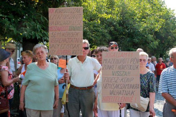 Károsultak egy csoportja egy tavalyi veszprémi tüntetésen. Fotó: Nagy Lajos