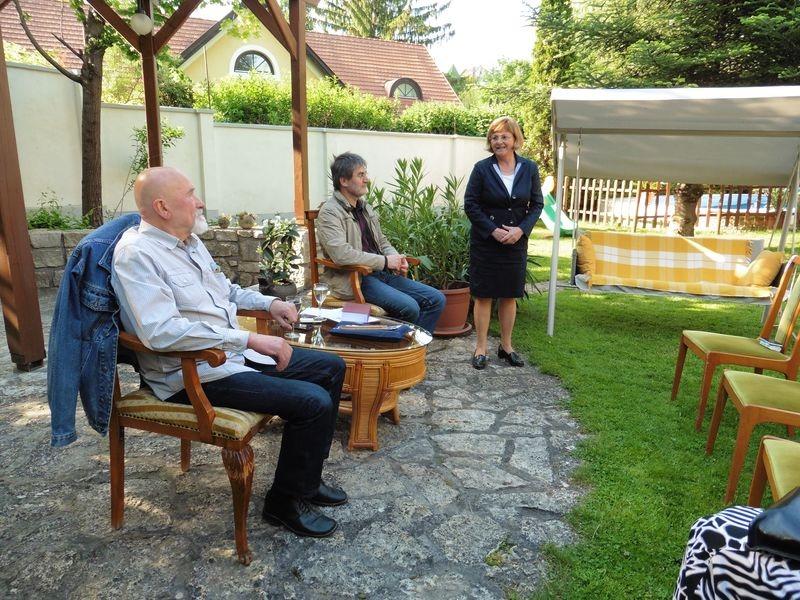 Bőszéné Szatmári-Nagy Anikó bemutatja a szalon vendégeinek Tömöry Pétert (balról) és dr. Ladányi Istvánt (jobbról). Fotók: a szerző