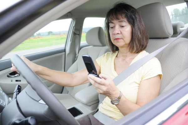 Becslések szerint minden második sofőr használja vezetés közben a telefonját. A kép illusztráció