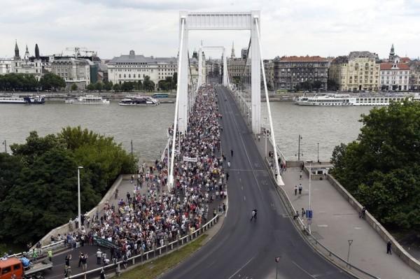 A Tanítanék Mozgalom és a Civil Közoktatási Platform szabad oktatásért tartott tanévzáró demonstrációjának résztvevõi vonulnak az Erzsébet hídon, a Március 15. térrõl a Várkert Bazárhoz. Mti-fotó: Kovács Tamás