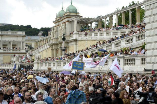Demonstrálók a Várkert Bazárnál. Mti-fotó: Kovács Tamás