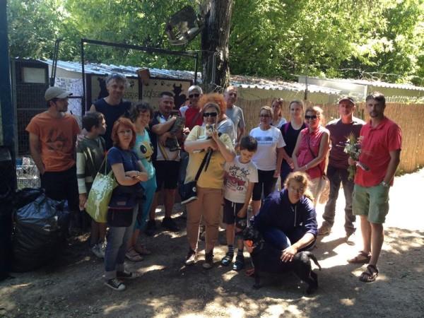 A társulat tagjai önkénteskedtek az állatvédőknél. Fotó: Kabóca Bábszínház