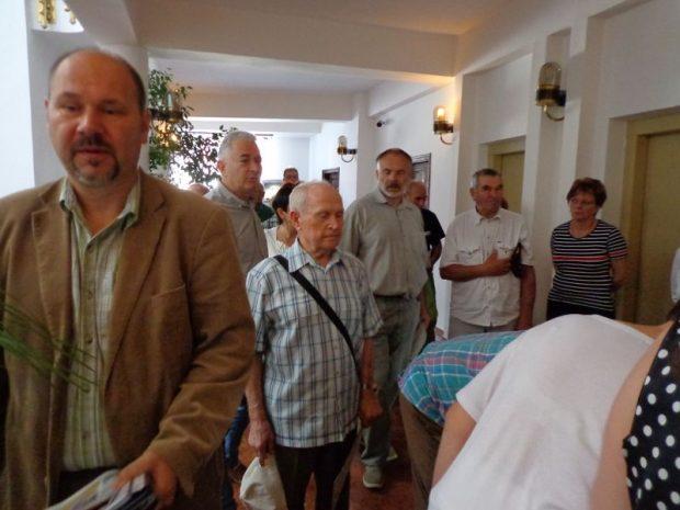 A hívatlan vendégek a Kossuth-terem bejáratánál jelenléti ívet írtak alá