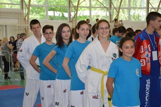 A képen legelöl Kurdy Panna, mögötte: Fülöp Andrea, Naszer Júlia, Simon Nikoletta, Nagy Dominik és Pintér Norbert. Fotó: Veszprémi Taekwon-do gyermek szakosztály