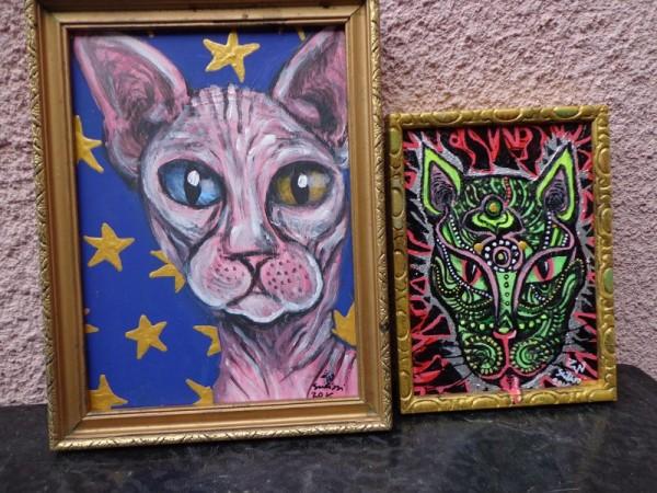 Kedvcsinálónak egy fotó Zoé megnyerhető macskás festményeiről: a Kopasz szfinx macska és az Ornamentikus cicafej című, utóbbi érdekessége, hogy sötétben is látható, mert fluoreszkál!