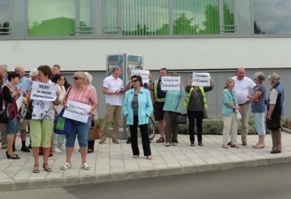 A Világos Veszprémért Mozgalom tagjai az igazi párbeszédet hiányolják a városvezetés és a város lakói között. Fotók: a szerző