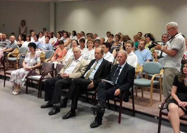 Elöl balról jobbra: dr. Szabados György megbízott orvosigazgató, dr. Rácz Jenő nyugdíjba vonuló főigazgató, dr. Dávid Gyula megbízott főigazgató. Fotó: a szerző