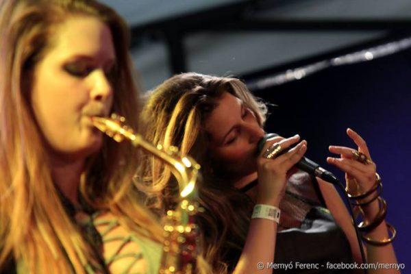 Az Utcazene-fesztivál szakmai zsűrije őket tartotta legjobbnak. A WatchMe egy korábbi koncertjén, a fővárosi A38 hajón készült képen balról Baracskay Rita szaxofonos, jobbról Dósa Szelina énekes. Fotók: WatchMe