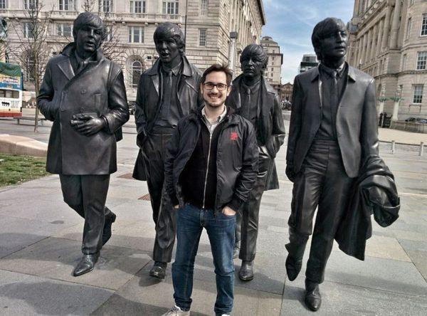 Lóci idén tavasszal Liverpoolban járt édesapjával, ott készült róla ez a fotó. Mögötte a Beatles