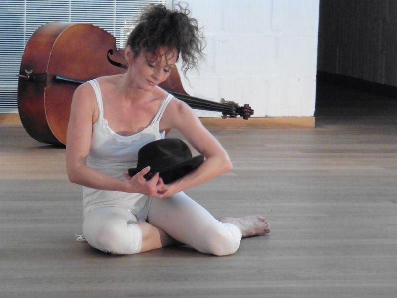 Turós-Máté Kinga saját előadásában. A Mese a nőről, aki... című táncszínházi produkciót májusban láthatták a veszprémiek a Dubniczay-palotában. Fotó: re