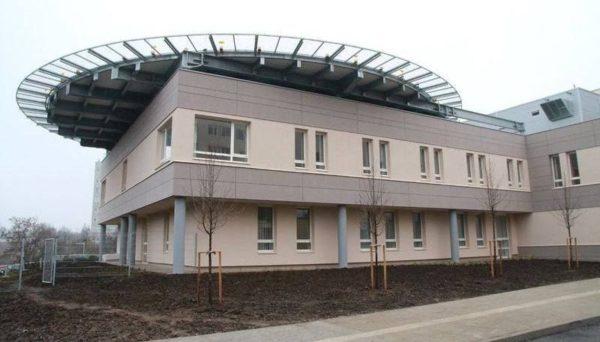 A Regionális Onkológiai Centrum tetején található az egyelőre nem működő leszállópálya