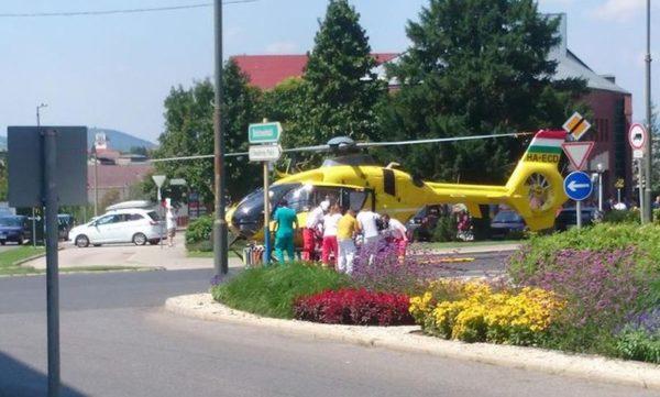 A Mártírok útján, a kórház előtt rendőri biztosítás mellett szállt le egy mentőhelikopter, hogy egy azonnali életmentő műtétre szoruló szívbeteg asszonyt a zalaegerszegi szívsebészetre szállítson. Fotó: internet