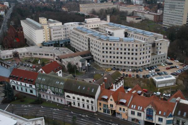 A megyei kórház épülettömbje. Hiába készült helikopter-leszállóhely az onkológiai centrum tetején, egyelőre nem működik. Fotó: Nagy Lajos