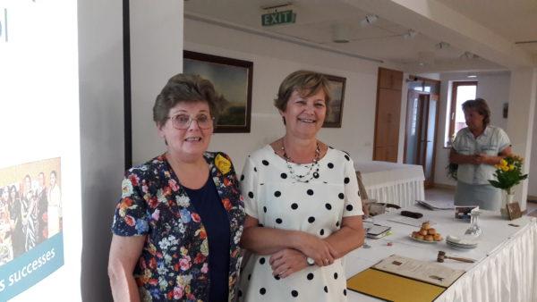Sulákné Hontai Mária (jobbról) az újonnan megválasztott dr. Kristóf Mihálynénak adta át a stafétabotot. Fotók: a szerző