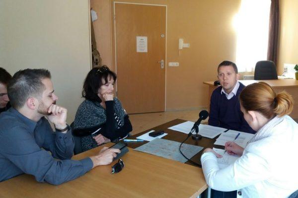 Kész Zoltán (középen)sajtótájékoztatóján ismételten kérdéseket intézett Némedi Lajoshoz