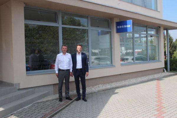 Markus Röhner vezérigazgató és Matthias Predojevic ügyvezető a veszprémi iroda előtt