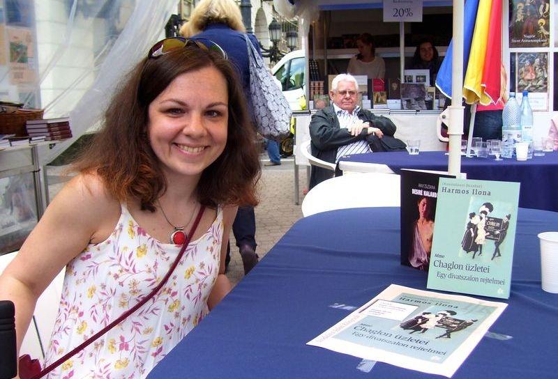Arany Zsuzsanna a könyvhét veszprémi rendezvényén már találkozott az olvasókkal, a fotó akkor készült róla