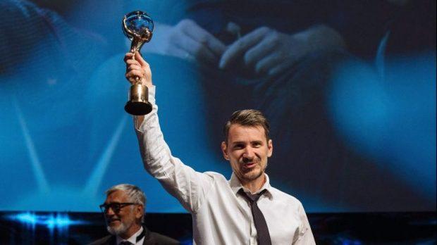 Hajdu Szabolcs Karlovy Varyban a fesztivál fődíjával. Fotó: hirado.hu