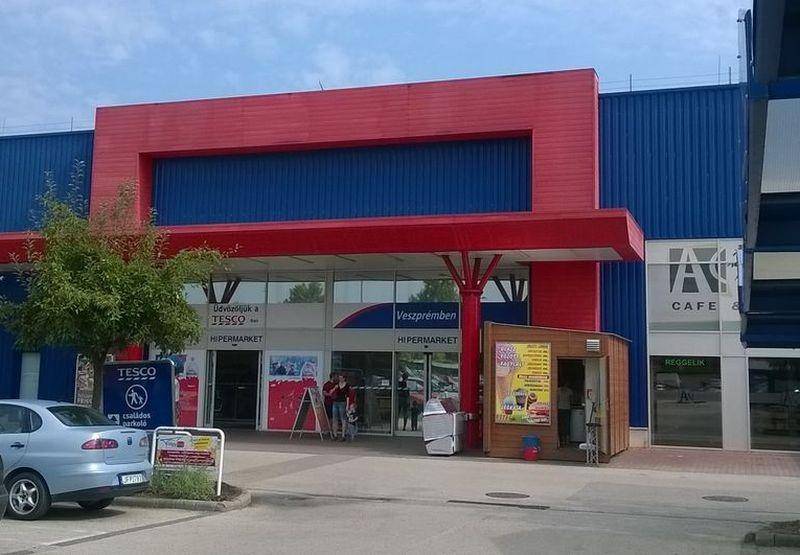 A veszprémi Tesco bejárata. Fotók: a szerző