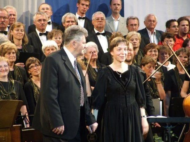 Zámbó István, az alapító karnagy és Erdélyi Ágnes a kórus ötvenedik évfordulóját ünneplő hangversenyen