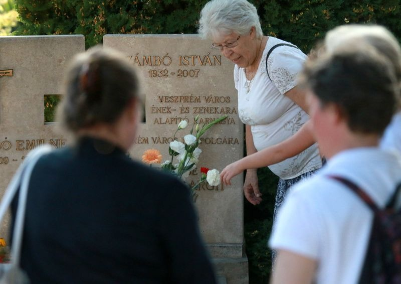Zámbó Istvánra, kórusalapító karnagyukra emlékeztek tegnap Veszprém Város Vegyeskarának tagjai. Fotók: Nagy Lajos