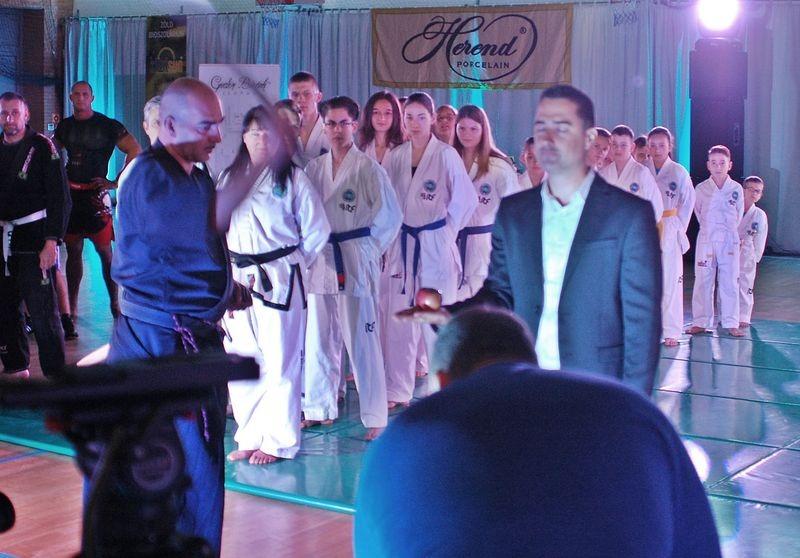 Látványos kezdés: Strenner Balázs, a Bujutsu-Kai Kenshin-Ryú iskola mestere katanájával lesújt az Ovádi tenyerén tartott almára. Fotók: a szerző