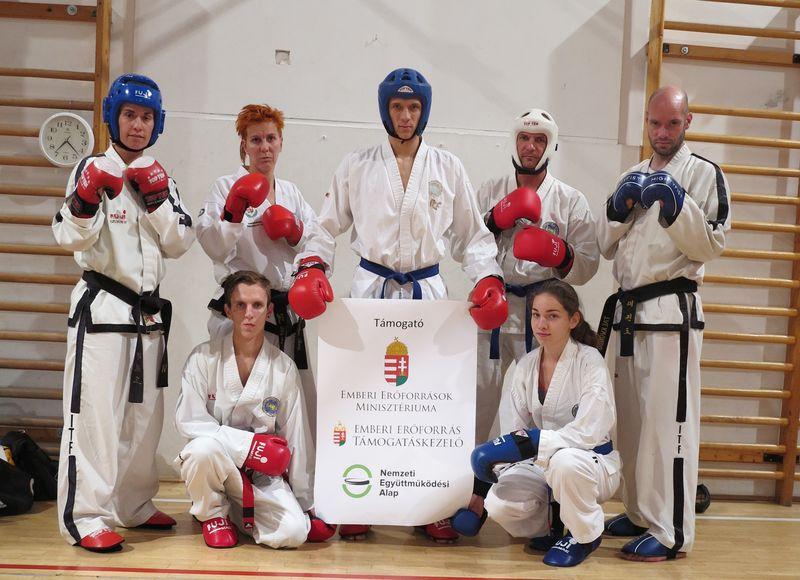 Balról jobbra Mucsy Petra, Kosztyu Veronika, Pintér Norbert, Gyömörei Gyula, Kerekes Balázs, előttük  Palatin Zoltán és Naszer Júlia