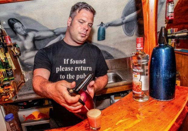 Jelentős bevételkiesést okoznak a vendéglősöknek a semmivel sem indokolható szombat éjszakai hatósági ellenőrzések – mondta Galó, a Bárka bár tulajdonosa