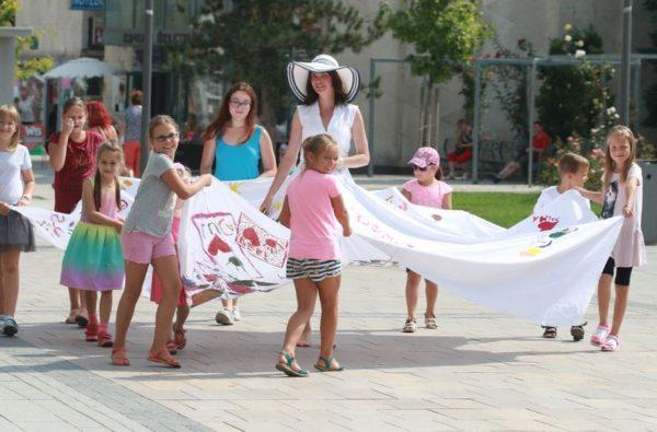 Szoknyafestéssel ünnepelték a tanoda egyéves születésnapját szeptember elején. A szoknyában Hajdu Franciska. Fotók: Nagy Lajos