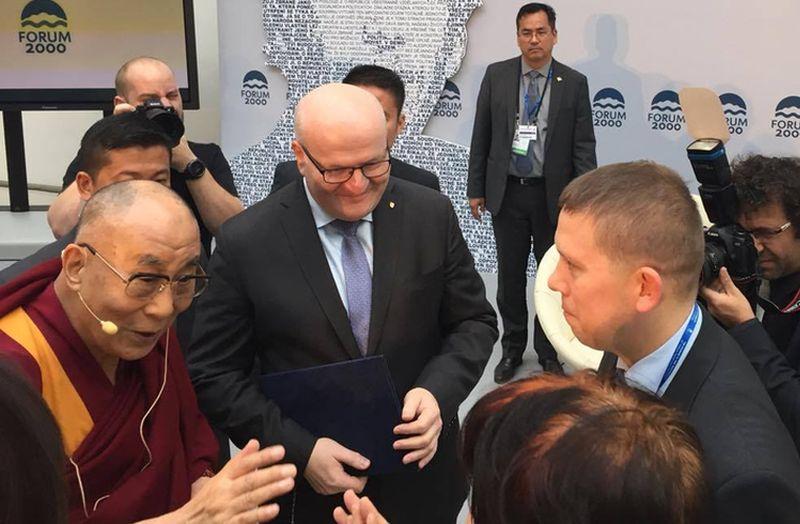 Beszélgetők egy csoportja a konferencián, balról a dalai láma, jobbról Kész Zoltán