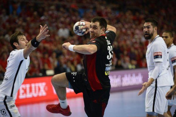A veszprémi Renato Sulic (középen) a múlt heti veszprémi mérkőzésen. Mti-fotó: Bodnár Boglárka