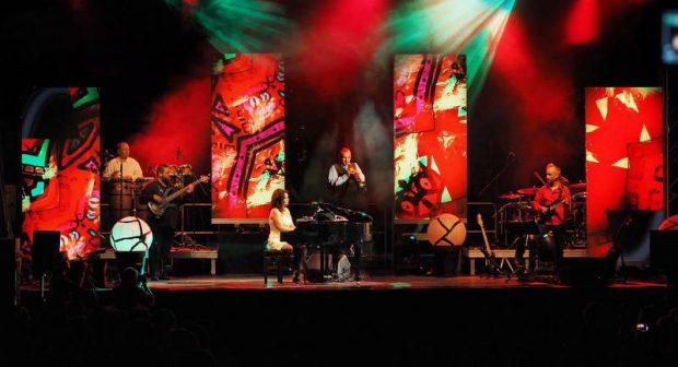 A Szentpéteri Csilla & Band koncertjei nemcsak a fülnek, de a szemnek is varázslatosak