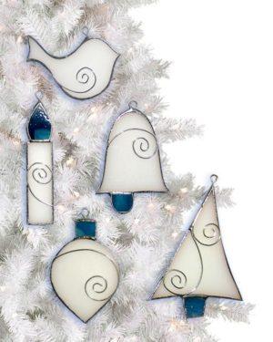 Magasházi Julianna nemcsak a Kukac-díszt ajánlotta fel nyerteseinknek, de egy ötrészes karácsonyi dísz-szettet, egy angyalkát és két mécsestartót is