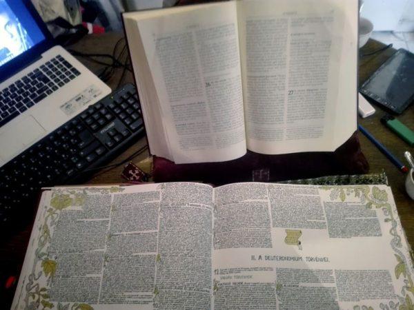 Az ezernyolcszáz oldalas Biblia 320. oldalánál tart, amikor befejezi, a Padányi iskolának ajándékozza