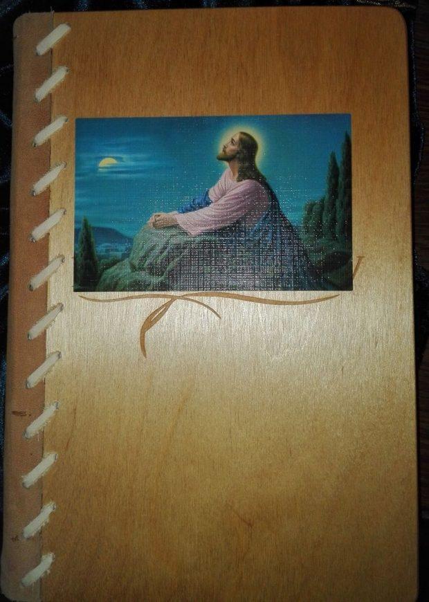 Az Újszövetség marhabőr gerincet kapott, nyírfa borítással
