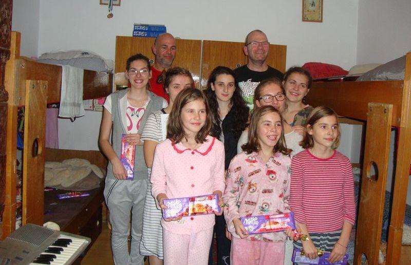 A gyerekek boldogan fogadták az adományokat