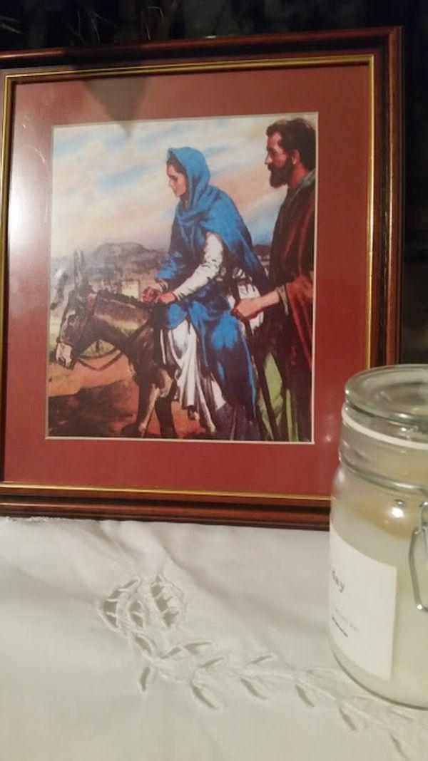 Lovason december 15-étől karácsonyig minden este másik családhoz viszik a Szűz Máriát és Józsefet ábrázoló szentképet