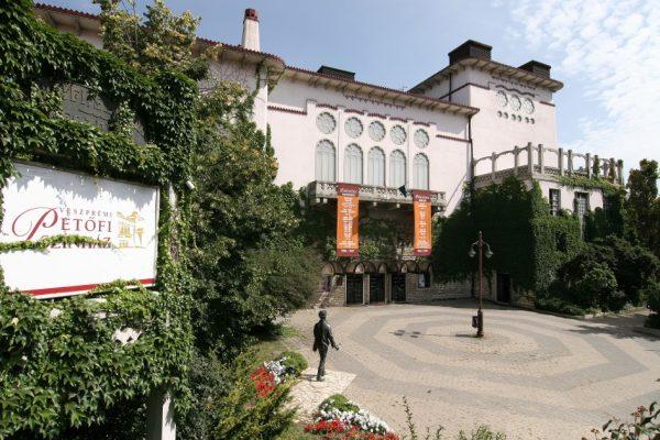 Medgyaszay István tervei alapján épült meg a Petőfi Színház, amelyről a könyvben is szó van