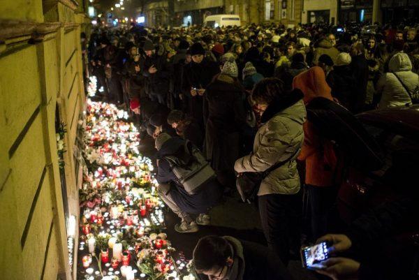 Megemlékezők mécsest gyújtanak a buszbaleset áldozatainak emlékére a Szinyei Merse Pál Gimnázium előtt.  Tizenhatan vesztették életüket a balesetben és több mint húszan megsérültek. Mti-fotó: Marjai János