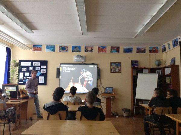 Rendhagyó számítástechnikai óra a Cholnoky Jenő Általános Iskolában. Fotó: Euronics