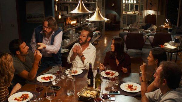 Semmiképpen ne éhesen üljünk be a vetítésre, mert a szereplők ínycsiklandó ételeket és finom borokat fogyasztanak a filmben!
