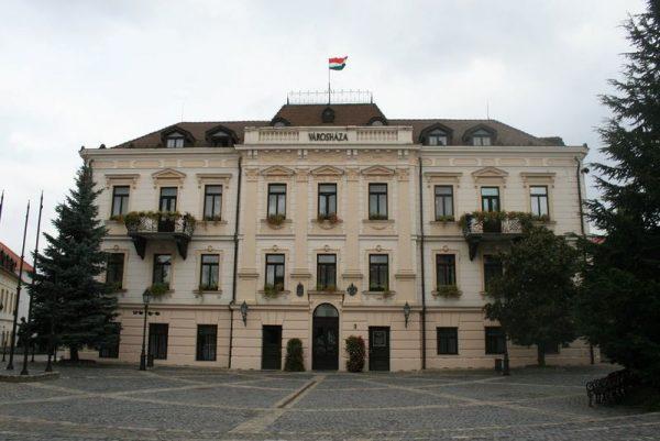 A sajtótájékoztatót a városháza előtt tartották az ellenzéki képviselők. Fotó: panoramio.com