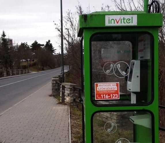 Az új telefonfülke a völgyhíd előtt