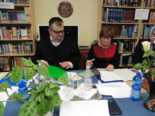 Molnár Roland elnök és dr. Szabó Éva kuratóriumi elnök a közgyűlésen aláírják az együttműködési megállapodást. Fotó: a szerző
