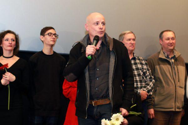 Buvári Tamás rendező a Szeretföld veszprémi bemutatóján, háttérben a film szereplői és alkotói. Fotó: Nagy Lajos