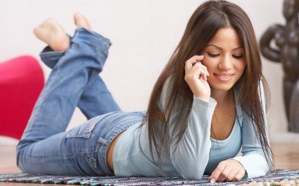 A nők 20 százaléka naponta négy óránál is többet mobilozik. Képünk illusztráció