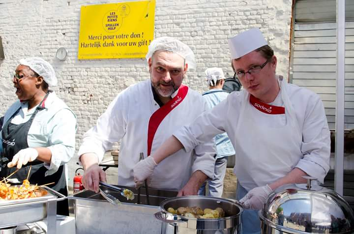 Meleg ételt osztanak egy jótékony célú rendezvényen a Les Petits Riens képviseletében. Fotók: a Les Petits Riens fb-oldaláról