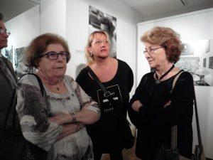Keleti Éva fotóművész (balról) a kiállításmegnyitón