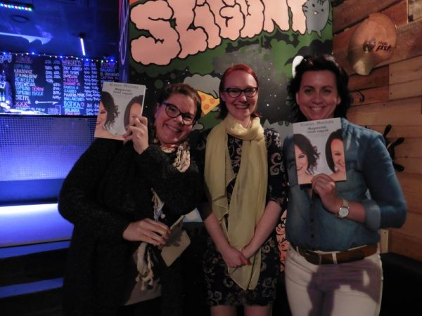 Klausz Melinda (középen) a könyvborító fotójának készítőivel, Farkas Alizzal (balról) és Szebényi Évával (jobbról). Fotó: a szerző